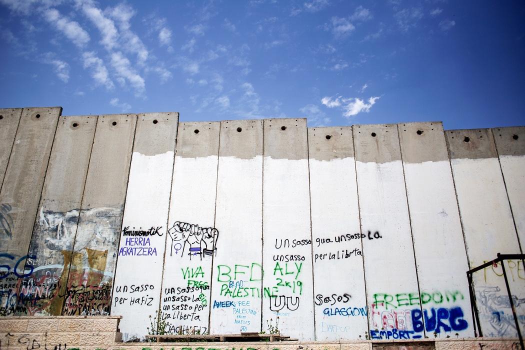 Betlemme, Palestina, 2019 - Il muro di separazione, lungo circa 730km, è  un alternarsi di muri e reticolati sorvegliati 24 ore su 24 e attraversabili solo attraverso porte elettroniche presidiate da militari israeliani.