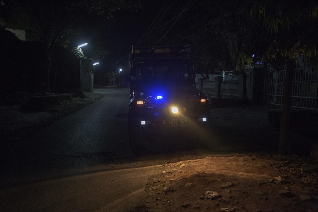Majalaya Area, Bandung Regency, West Jawa, Indonesia, 2019 - La vecchie Jeep, a disposizione dell'associazione Elingan Community, è stata attrezzata dai volontari con fari aggiuntivi e lampeggianti grazie ai quali farsi notare in caso di pericolo.