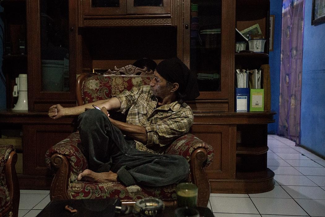 Majalaya, Bandung Regency, West Jawa, Indonesia, 2019 - Deni Riswandani è il leader e il fondatore di ELINGAN (Element Lingkungan), una comunità locale di ambientalisti che proteggono il fiume Citarum. Le denunce che sporge regolarmente contro le industrie che scaricano illegalmente gli sono costate svariate minacce. La più grave risale a qualche anno fa quando, come atto intimidatorio, alcuni sconosciuti lo ferirono al braccio con un coltello.