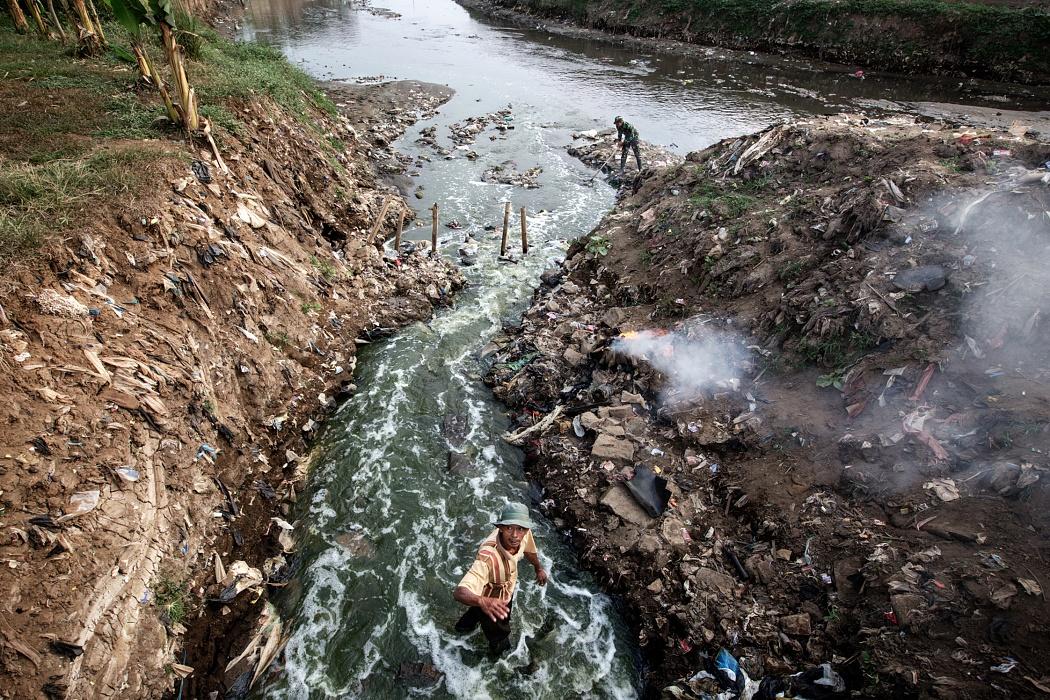 Bojongsoang village, Bandung Regency, West Jawa, Indonesia, 2019 - Recenti ricerche hanno individuato nel fiume Citarum un livello allarmante di sostanze tossiche, con valori 1000 volte superiori agli standard statunitensi per la sicurezza idrica. L'uso delle sue acque è estremamente rischioso per la vita di 30 milioni di persone.