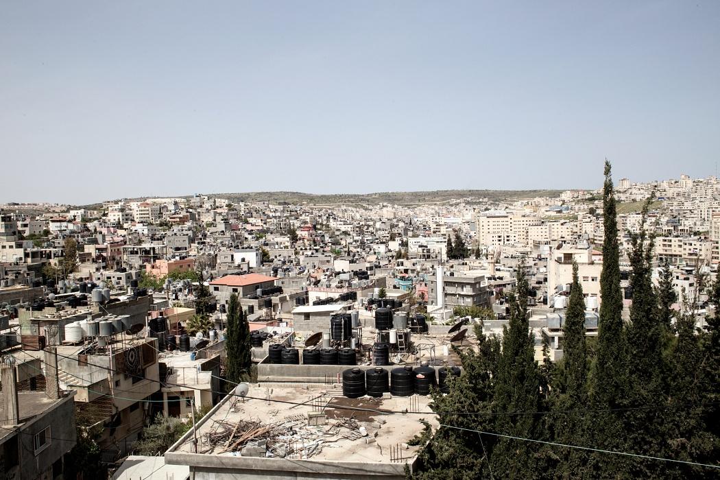 Betlemme, Cisgiordania, Campo profughi di Dheisheh, 2019 - Il campo venne allestito nel 1949 per accogliere i profughi provenienti da 45 villaggi a ovest di Gerusalemme e Hebron, fuggiti dalla guerra del 1948. I servizi all'interno del campo sono forniti dall'UNRWA e dall'Autorità Nazionale Palestinese ma la fornitura di acqua è gestita da Israele. Gli abitanti, per sopperire alla mancanza frequente d'acqua, hanno acquistato dei serbatoi che, posizionati sul tetto, permettono di conservare l'acqua. In periodi di scarsità idrica, la maggior parte dell'acqua viene consumata da Israele e la fornitura al campo interrotta anche per periodi superiori al mese.