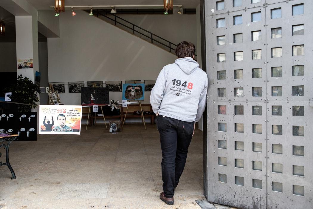 """Betlemme, Cisgiordania, 2019 - """" IN BETWEEN"""" è un progetto nato dal dipartimento artistico di Laylac (the palestinian center of youth action for community development) nel 2016, che ha visto la partecipazione di dieci pittori, di età compresa tra i 12 e i 32 anni. I ragazzi, coordinati dalla pittrice francese Sania all'interno del campo profughi di Dheisheh, hanno realizzato delle opere sul tema dei prigionieri politici palestinesi. La mostra di Betlemme, all'interno del museo civico, è stata simbolicamente inaugurata dalla mamma di un prigioniero politico, dal sindaco della città e dall'ex ministro dell'autorità palestinese per i prigionieri Issa Qarage."""