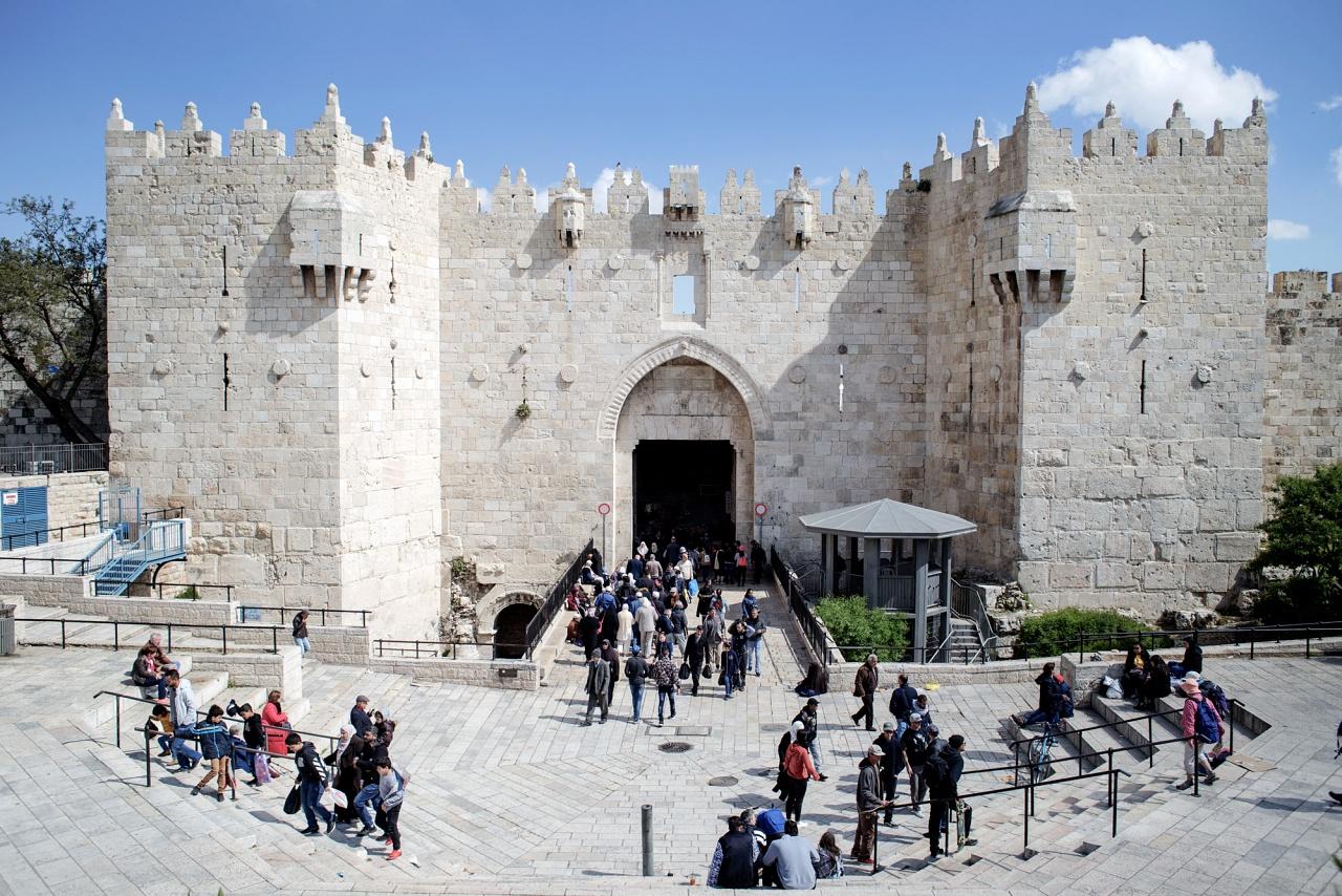Porta di Damasco, Città vecchia di Gerusalemme, aprile 2019 - Situata nella parte nord-ovest delle mura di Gerusalemme, è una delle entrate principali della Città Vecchia. Utilizzata sia per accedere velocemente alla moschea di Al-Aqsa che al quartiere ebraico, è spesso la centro di disordini e incidenti per la sua posizione ed è sempre sorvegliata dalle forze dell'ordine israeliane.