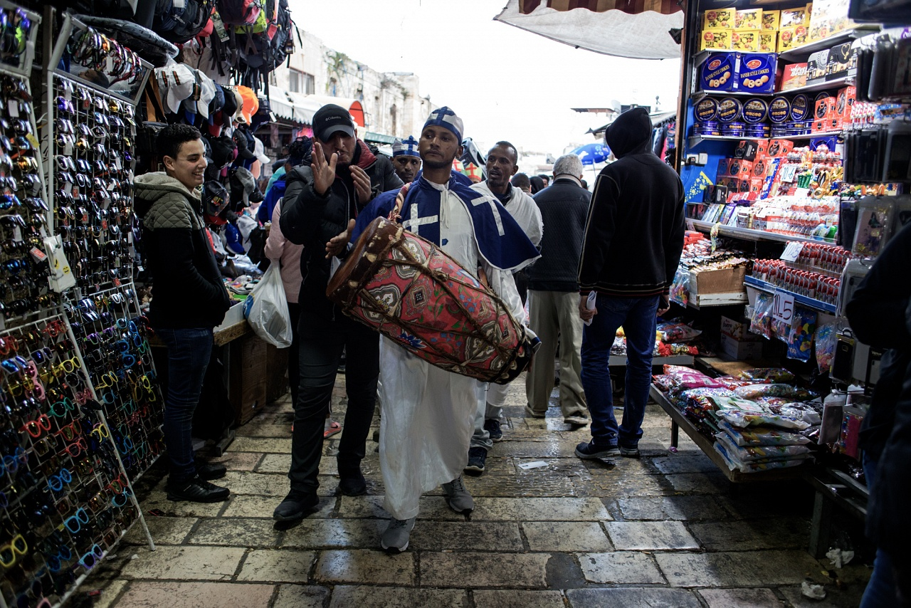 Quartiere arabo, Città vecchia di Gerusalemme, aprile 2019 - Al mercato del quartiere arabo alcuni fedeli della Chiesa Cristiana Ortodossa Etiope improvvisano, in occasione delle domenica delle palme, una breve processione cantando e suonando con alcuni strumenti a percussione.