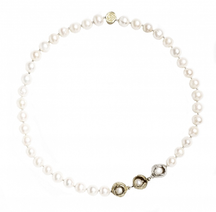 Perla Che Danza Small Short  - €385   In stock ready for shipment  Details Pearls / Bronze 925 Sterling Silver Length cm.48 High Polished Finish Nickel-free Handmade Engraved with Patrizia Casamirra Jewels Logo