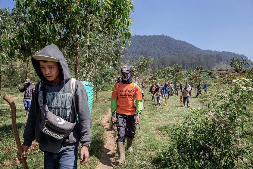 Tarumaya Village, Bandung Regency, West Jawa, Indonesia, 2019 - Alcuni civili, provenienti dai villaggi adiacenti alla base militare del Settore 1, partecipano alle attività di riforestazione coordinate dell'Esercito Indonesiano durante l'operazione di pulizia e rivitalizzazione dell'ecosistema Citarum.