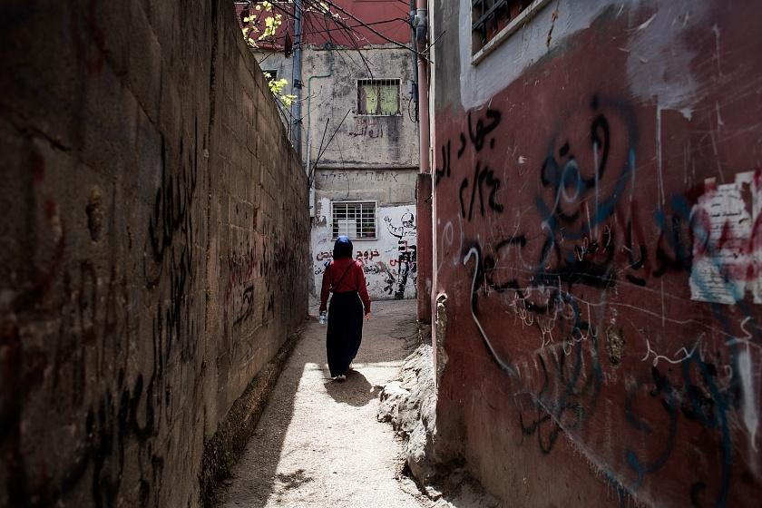 Betlemme, Cisgiordania, Campo profughi di Dheisheh, 2019 - Il campo di Dheisheh è stato fondato nel 1949 per ospitare i profughi della guerra arabo-israeliana del 1948, quando 711.000 palestinesi dovettero lasciare le loro case e le loro terre. Dheisheh, progettato per ospitare circa 3000 persone in un area di 0,31 chilometri quadrati, ne ospita oggi circa 17000 in un area di 1,5 chilometri quadrati. Ciascun nucleo familiare venne alloggiato in una tenda, sostituita dal 1956 da una abitazione composta da una stanza di 9 metri quadri e un bagno condiviso ogni 10 abitazioni.