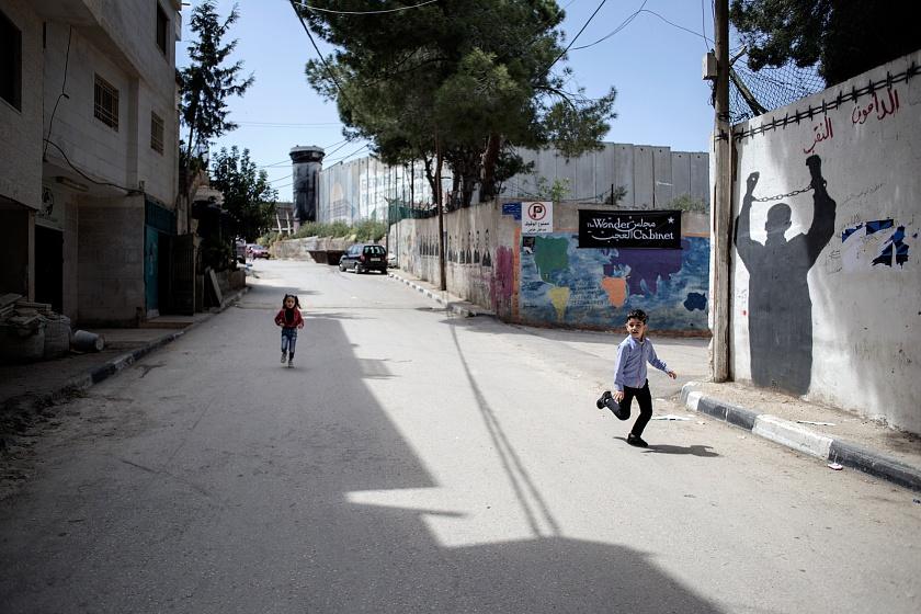 """Betlemme, Cisgiordania, campo profughi """"Aida"""", 2019 - Il campo profughi di AIDA è uno dei 58 campi costruiti dopo il 1948 e distribuiti tra Libano, Siria, Giordania e Territori Palestinesi e ospita oggi circa 6000 persone che vivono a ridosso del muro di separazione costruito da Israele. Il campo è stato fondato nel 1950 dall'agenzia Unrwa che, affittata un'area di 0,71 chilometri quadrati, decise di allestire il campo di Aida per circa 1000 persone. La tendopoli originaria, venne poi sostituita da piccole abitazioni in muratura di 9 metri quadri ciascuna per nucleo familiare."""